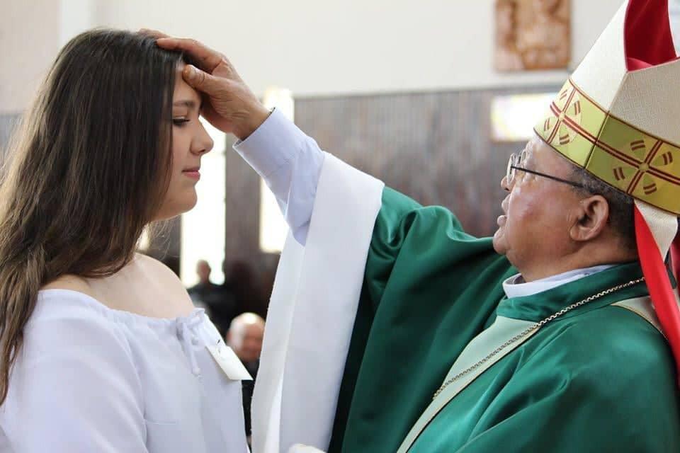 Jovens recebem o sacramento da Crisma na Paróquia Santa Terezinha