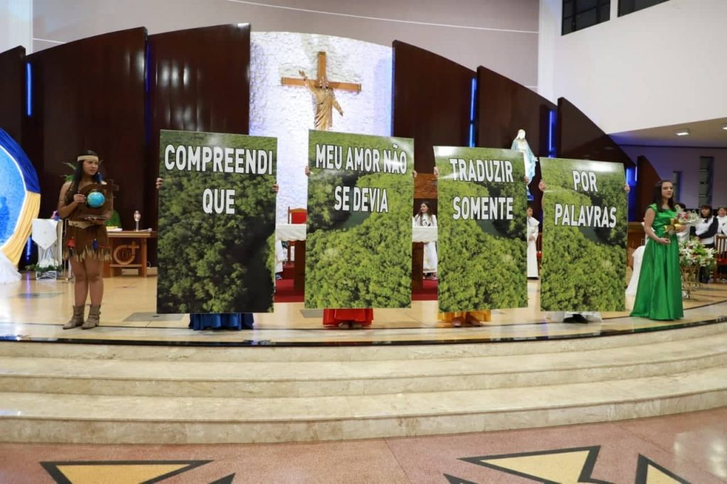 Muitos devotos participam do primeiro dia da Novena das Rosas de Santa Terezinha